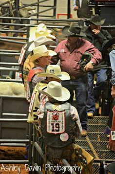 gotta love those cowboys in Texas! Cowboy And Cowgirl, Cowboy Hats, Wild Bull, Redneck Romeo, Rodeo Rider, Rodeo Events, Cowboy Pictures, 8 Seconds, Rodeo Cowboys