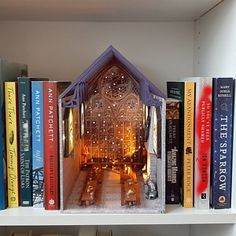 Diy And Crafts, Arts And Crafts, Paper Crafts, Craft Projects, Projects To Try, Wizard School, Harry Potter Room, Miniature Crafts, Book Nooks