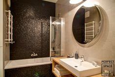 Łazienka urządzona w nowoczesnym stylu z czarnymi połyskującymi płytkami tuż nad wanną. Kaloryfer łazienkowy o oryginalnym kształcie dodaje stylu. Bathroom Lighting, Loft, Mirror, Furniture, Space, Home Decor, One And Only, Full Bath, Bathing