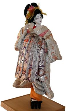 Japanese traditional dolls and figurines collection. Japanese antique Noh Actor doll with mask. Japanese Art Samurai, Japanese Geisha, Japanese Kimono, Japanese Doll, Hina Dolls, Kokeshi Dolls, Art Dolls, Japanese Traditional Dolls, Oriental