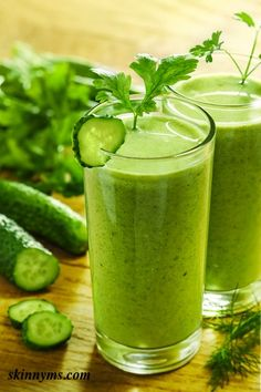 Super Detox Green Smoothie - start off on healthy, clean eating with a glass of this Super Smoothie! #Smoothie #CleanEating