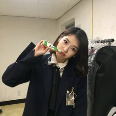 It's hard not to be tempted to just snip it all off, especially with practically everyone on your feed rocking the new cool 'do. To ease your transition . Iu Twitter, Cute Poses, Celebs, Celebrities, Ulzzang Girl, Kpop Girls, Korean Girl, Asian Beauty, Girl Group