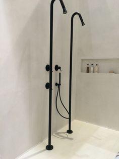 bijna wit beton ciré met zwarte douche