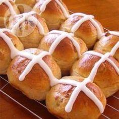 Pancitos brioche ingleses (Hot cross buns): Estos pancitos clásicos de Pascuas están saborizados con canela y grosellas secas. Se pintan con yema batida para darles ese color y brillo tan especial.