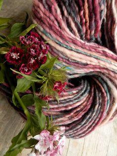 PRETTY IN.... hand spun / hand dyed / art yarn / wool / knitting crochet weaving felting / rose turqoise door hetwolhuuske op Etsy