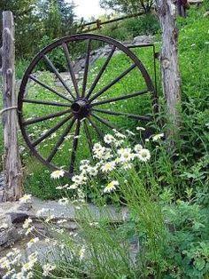 SOOO want a couple wagon wheels! ~ a wagon wheel side gate Rustic Gardens, Outdoor Gardens, Garden Gates, Garden Tools, Side Gates, Old Wagons, Pot Jardin, Deco Nature, Farms Living