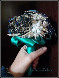 Ramos de novia joya o ramo de novia de bisutería, realizados a mano, Ramos de novia de bisutería originales, que se personalizan. Puedes encontrar : www.lolitasfieltro.com