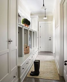 Who else ❤️s this mudroom designed by @mollyquinninteriors?! Love those windows above the cubbies letting in all that natural light.