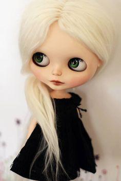 BLYTHE  Y como una sigue siendo niña...hoy les quiero hablar de una muñeca que me  encanta, BLYTHE.  Esta muñeca creada en 1972 solo estuvo a la venta en los EE.UU. durante ese  año y fue retirada del mercado debido a sus bajas ventas. Como seguro ya lo  notaron, su característica principal son sus ojos, que fueron inspirados  por la obra de MARGARET KEANE;estos tenían la posibilidad de cerrarse a  voluntad y a cambiar de color las pupilas gracias a una cuerda con un  tirador situado en la…
