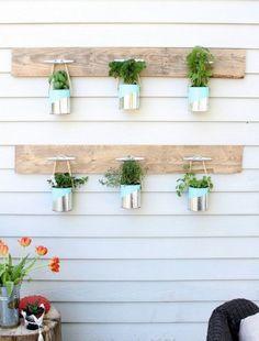 A faire chez soi, pots de fleur à suspendre sur des planches en bois.