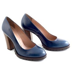 Leather pump in blue