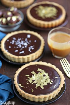 Baileys chocolate caramel tarts - mini tarts with baileys salted caramel and baileys chocolate ganache! Small Desserts, Köstliche Desserts, Delicious Desserts, Dessert Recipes, Plated Desserts, Chocolate Caramel Tart, Salted Caramel Tart, Mini Chocolate Tarts, Salted Caramels