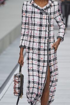 Chanel Spring 2020 Ready-to-Wear Fashion Show - Vogue Chanel Fashion, Vogue Fashion, Fashion 2020, Fashion Show, Fashion Design, Fashion Trends, Mode Turban, Casual Dresses, Fashion Dresses