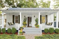 Modern front porch decorating ideas modern farmhouse front porch decorating ideas home decorating ideas 2019 Veranda Design, Farmhouse Front Porches, Southern Porches, Southern Homes, Haus Am See, Front Porch Design, Porch Designs, Front Porch Addition, Small Cottages