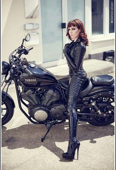 New Latex Biker Catsuit by Lacing Lilith / Lacing Lilith, a new rubber biker catsuit with a pad release Fetish Style Info Sexy Latex, Latex Babe, Lady Biker, Biker Girl, Pantalon Vinyl, Motard Sexy, Chicks On Bikes, Motorbike Girl, Motorcycle Suit
