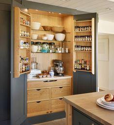Sobre armários inteligentes e funcionais na cozinha além das gavetas apoio para cafeteira e porta temperos.. Curti!