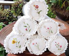 늦은 오후 시간이면 연거푸 하품만 쏟아지고... 휴식이 필요하다는 신호겠지요. 그때마다 충전제가 되어 줄... Hand Embroidery Dress, Beaded Embroidery, Embroidery Stitches, Embroidery Patterns, Bolster Cushions, Pillows, Sewing Projects, Projects To Try, Lazy Daisy Stitch