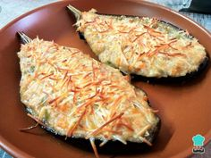 Berinjela com atum no forno Delicious eggplant stuffed with vegetables, tuna and white sauce for easy preparation. eggplant to make eggplant recipe Baked Eggplant, Eggplant Recipes, Stuffed Eggplant, Fast Healthy Meals, Healthy Eating, Healthy Recipes, Food N, Food And Drink, I Love Food