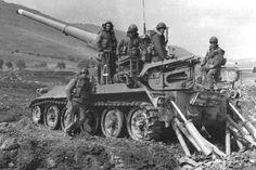Israeli crew of M107 spg on firing position near Bekaa valley, May 1983