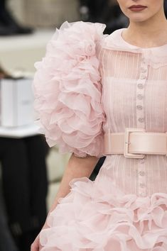 Chanel Spring 2017 Couture Fashion Show Details - The Impression Style Couture, Couture Details, Haute Couture Fashion, Fashion Details, Fashion Colours, Pink Fashion, Runway Fashion, Fashion Show, Fashion Looks