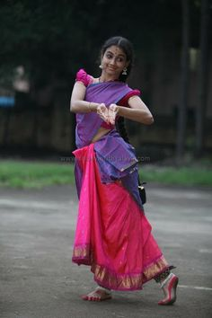 Harinie Jeevitha of Sridevi Nrithyalaya Folk Dance, Dance Art, Indian Classical Dance, Classical Art, Dance World, Country Dance, Dance Pictures, Dance Images, Dance Poses