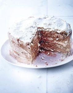 Recette Gâteau meringué chocolat, noisettes et café : Préparation : 45 mn > Cuisson : 30 mn > Repos : 30 mn Préchauffez le four sur th. 3-4/100°. Montez les blancs en neige avec 1 pincée de sel. Versez le sucre en poudre en pluie sans cesser de fouetter. Continuez de fouetter pendant 5 mn. Pu...