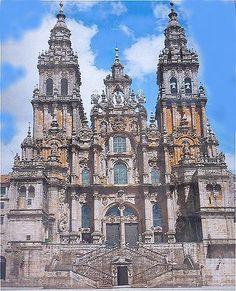 Cathédrale de Saint Jacques de Compostelle La Façade de l'Obradoiro (Ouest) a été reconstruite entre 1738 et 1750 par l'architecte Fernando de Casas y Novoa, elle est principalement de style Baroque .Elle se compose d'un perron à la base qui est surmonté d'une entrée donnant sur un porche avec le Portail de la Gloire. Ce perron a 2 rampes, il donne aussi accés à la Crypte du Maitre Mateo.Il est encadré par 2 Tours, à droite las campanas (les cloches) et à gauche la carraca (la crécelle).