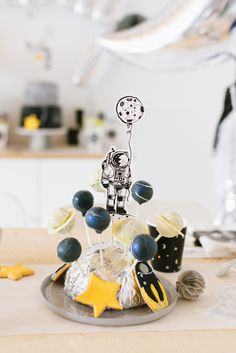 Planet Cake Pops Birthday Party Beam me up! Astronauten und Weltraum Kindergeburtstag https://www.fraeulein-k-sagt-ja.de/?p=45809