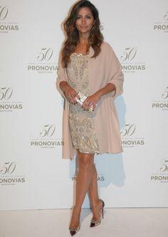 Camila Alves  con un vestido de Pronovias muy años 20 que completó con abrigo kimono rosa .