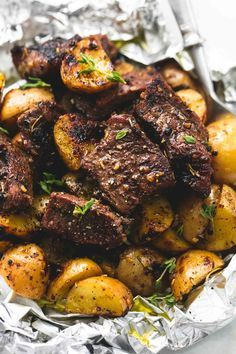 Juicy and savory seasoned garlic steak and potato foil packs are the perfect baked or grilled 30 minute hearty, healthy meal! Parmesan Crusted Steak and Potato Sheet Pan Dinner Foil Packet Dinners, Foil Pack Meals, Tin Foil Dinners, Oven Foil Packets, Grilled Foil Packets, Grilling Recipes, Cooking Recipes, Healthy Recipes, Campfire Recipes