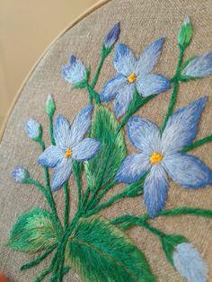 #handembroidery #homedecor #embroidereddecor #embroideryonburlap #PetitcerclebyL #Blueflowers #embroidery #embroideryart