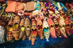 24. le famose babbucce del Gran Bazaar : assolutamente da comprare, insieme a tappeti, arazzi, tessuti, articoli in cuoio, prodotti tessili , oggetti d'antiquariato e gioielli .