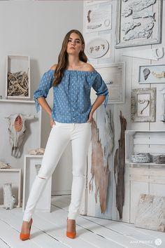 Brinda un acento romantico y fresco a tu outfit. #Denim #DiseñoMexicano #AnaPerez