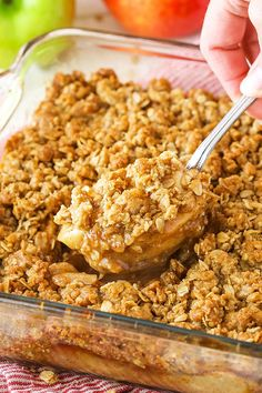 Easy Apple Crisp recipe made with sliced apples coated in a cinnamon and brown sugar then topped with a cinnamon oat topping applecrisp apples dessert Quick Apple Crisp, Apple Crisp With Oatmeal, Homemade Apple Crisp, Best Apple Crisp Recipe, Caramel Apple Crisp, Gluten Free Apple Crisp, Apple Crisp Recipes, Sliced Apples, Brown Sugar