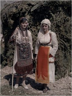 isters at Delphic Festival Wear Costumes with Fabric from Desphina National Geographic's Greece in Color from the Photographer: Maynard Owen Williams in the Greek Traditional Dress, Traditional Outfits, Dance Costumes, Greek Costumes, Galerie Creation, National Geographic Images, Greek Beauty, Folk Clothing, Greek History