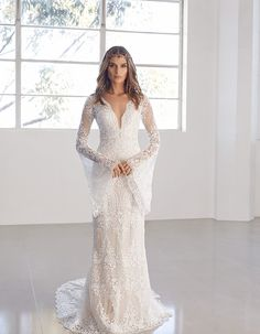 Vintage wedding dresses with sleeves will always look as beautiful and breathtaking.That's why we find for you these wonderful bridal gowns. They look pretty fantastic and will surely inspire you. Everybody will admire your dress and you! 2018 Wedding Dresses Trends, Wedding Party Dresses, Designer Wedding Dresses, Bridal Dresses, Wedding Hair, Wedding Gowns With Sleeves, Dresses With Sleeves, Bridal Fashion Week, Perfect Wedding Dress