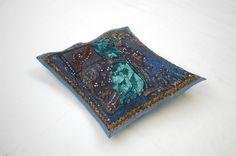 Housse de coussin brodée bleu foncé, tenture indienne bleue, tenture murale, set de table, tenture brodée bleue, artisanat indien de la boutique IndianShopbyDLFine sur Etsy