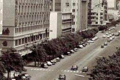 O John Orr's, uma loja pertencente a uma cadeia sul-africana com o mesmo nome, na Baixa de Lourenço Marques, anos 1960. Actualmente, é a Sede de uma instituição financeira. Em primeiro plano à esquerda, o Prédio Nauticus. A Nauticus era uma companhia de seguros. Fotografia de Artur Monteiro de Magalhães