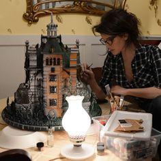"""A artista Christine McConnell criou um incrível bolo de mel, gengibre e especiarias baseado no livro """"Orfanato da Srta. Peregrine Para Crianças Peculiares"""", de Ransom Riggs"""