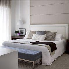 Quarto, destaque para o painel cinza + cabeceira branca, ficou top!! Projeto by @paulamagnani_arquitetura #decor #decoracao #interiores #arquitetura #arquiteta #glamour #decora #homedecor #bedroom #suite #quarto #interiordesign #blogfabiarquiteta #fabiarquiteta  BLOG ➡️www.fabiarquiteta.com