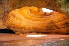 PRAIA DE BENAGIL, PORTUGAL Algarve é a região mais ao sul de Portugal e uma das mais visitadas pelos turistas. Quando for ao local, não deixe de explorar a praia de Benagil, conhecida pelas águas calmas e também pelas formações rochosas e grutas marítimas peculiares.