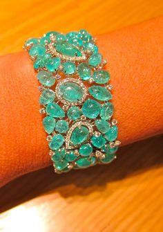 Essa pulseira já apareceu aqui no blog num post da BN, mas vê-la simplesmente e não fotografar? Recordar é viver e nunca vi uma tão linda! Toda de turmalinas paraíbas!