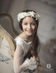 fotos comunion niña murcia bonitas diferentes estudio murcia silvia ferrer Flower Girls, Flower Girl Dresses, Murcia, Fine Art Photography, Girls Dresses, Crown, Portrait, Wedding Dresses, Flowers