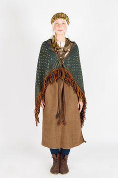 11. un 12. gadsimta latgaļu sievietes tērpu raksturoja grezna villaine un bagāts rotu klāsts, kas norādīja uz valkātājas īpašo stāvokli sabiedrībā. Tumši zilā villaine viscaur tika noklāta ar bronzas rotājumiem un uz krūtīm sasprausta ar saktu. No rotām greznākie bija metāla vainagi un kaklariņķi, kurus lielā skaitā lika kopā ar važiņrotu. Rokas klāja spirālaproces un vairāki gredzeni.