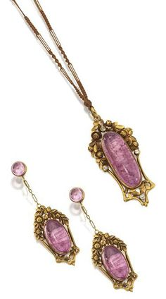 GOLD AND PINK TOURMALINE PENDANT-NECKLACE AND EARRINGS, MARSH'S, CIRCA 1920.