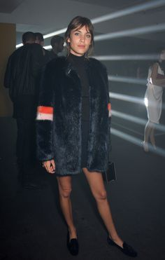 Alexa Chung attending the Rick Owens London Fashion Week show wearing Penelope Chivlers Roosevelt slippers and Shrimps coat. London Fashion Weeks, Teen Vogue, Fur Fashion, Fashion Looks, Alexa Chung Style, Black Faux Fur Coat, Winter Chic, Fall Winter, Fashion Colours