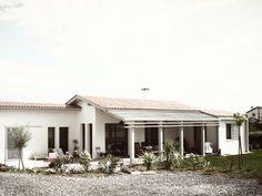 Dans un cadre champêtre, cette villa de 175 m2 se trouve à Ahetze, à 10 minutes de Biarritz. Construite sur deux niveaux, la maison est orientée plein...