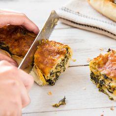 Dieses gefüllte Party Baguette überzeugt alle mit einer köstlichen Spinat und Käse Füllung, bei der jeder Bissen für beste Stimmung sorgt!
