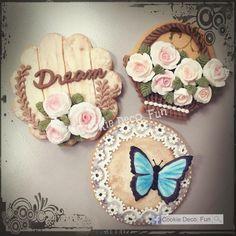 Butterfly and roses #Sweetlace #lace #icing #sugarart #royalicing #eyelet #purple #royalicingcookies #icingsugar #sugarart #icingcookies #糖霜餅乾  #cookieart #cookiedecorating #cookielover #cookietime #foodie #cookies #cookidecofun #sugatflower #instacookie #糖霜曲奇 #曲奇 #アイシング #アイシングクッキー