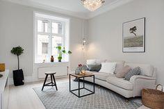 Vackert vardagsrum med stuckatur & brädgolv